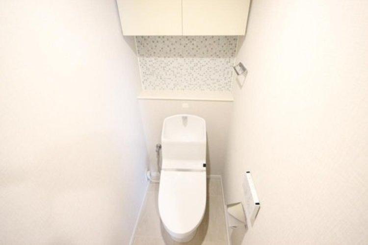 白を基調とし、清潔感のある空間に仕上がりました。人気の温水洗浄便座を採用し、日々の生活を快適に♪