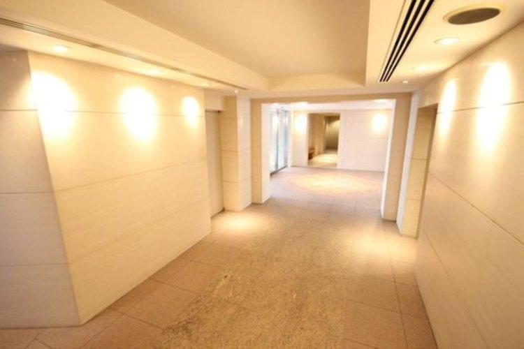 内廊下設計でプライバシーを守るだけでなく、雨風もしのげる空間。寒い時期・暑い時期も過ごしやすく、心地よいマンションライフを楽しめます。