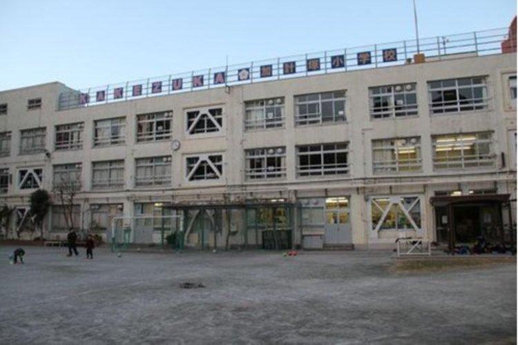 渋谷区立加計塚小学校まで495m。主要な交通はJR線山手線の恵比寿駅が北西方向にあり、恵まれた環境と交通の便の良い住宅地域にある。敷地と校舎は北、西側は住宅で南、東側は公道に面し、南側に正門がある。
