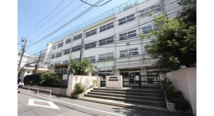 渋谷区立広尾中学校まで1600m。隣接する東京都立広尾高等学校との連携型中高一貫教育を開始し、都市型中高連携教育校となった。 名前は広尾であるが、所在地住所は渋谷区東四丁目である。