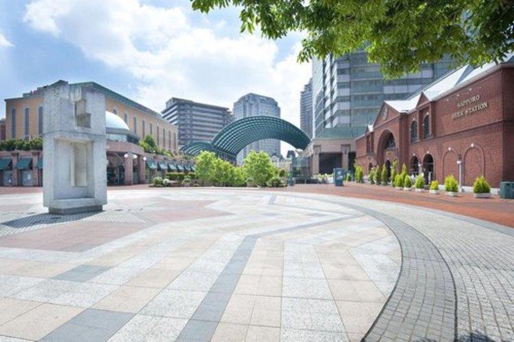 恵比寿ガーデンプレイスまで432m。東京都渋谷区および目黒区に跨る複合施設である。サッポロビール工場跡地の再開発事業として1994年に開業した。