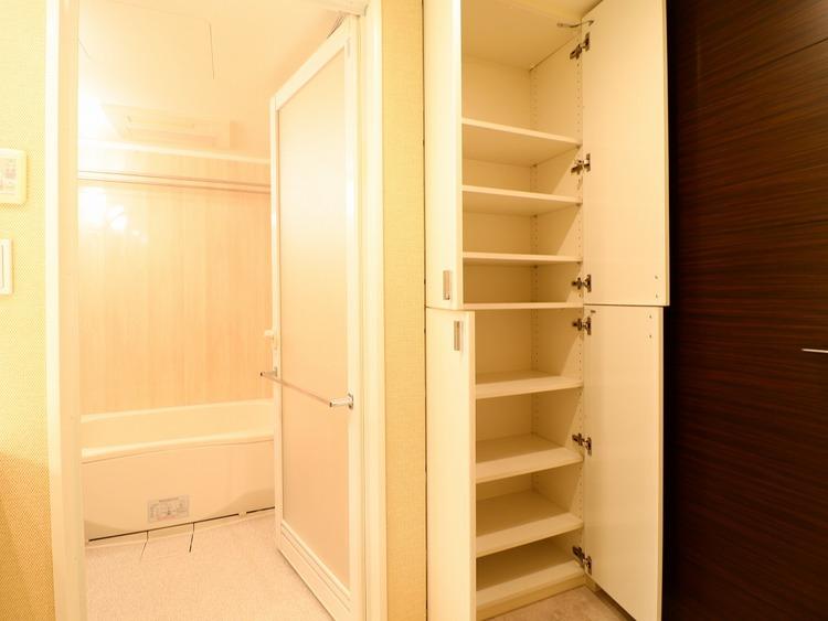 浴室脇のリネン庫。たくさんのタオルや消耗品が収納できます。扉があるので見た目にもスッキリ。