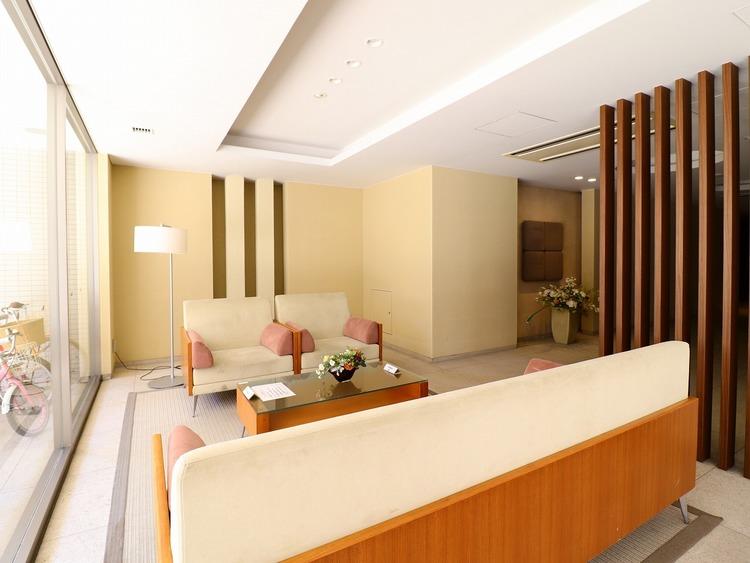 ソファやテーブルを設置しているロビーラウンジ。住人同士のコミュニケーションや、待ち合わせに使えます。