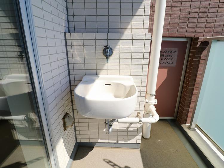 バルコニーに水栓有。バルコニーのお掃除や、植物の水やりに大変重宝します。