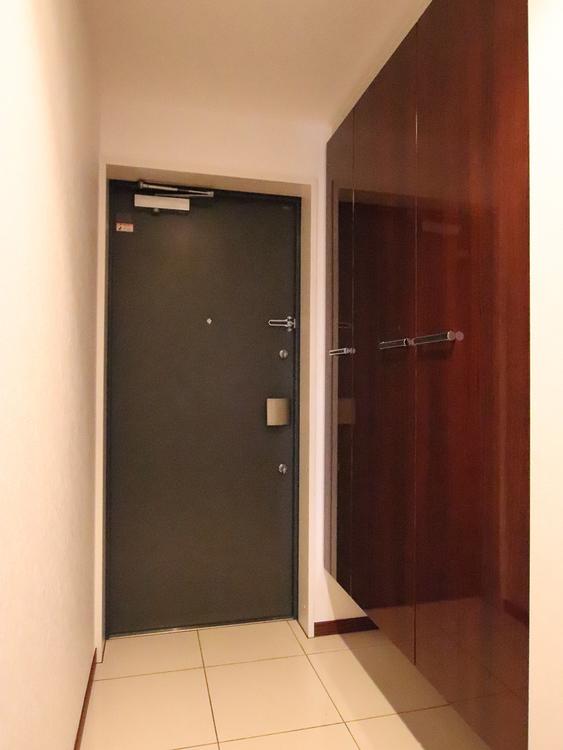 スッキリと壁に収まったシューズクローゼット。シンプルさが気持ちいい空間