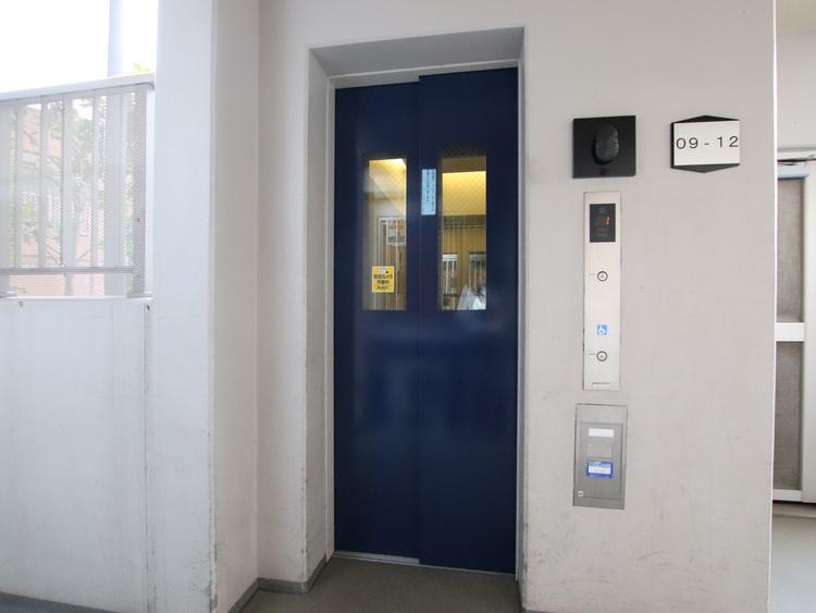 建物内にエレベーターが6基あります。朝の混み合う時間帯もスムーズに移動できます