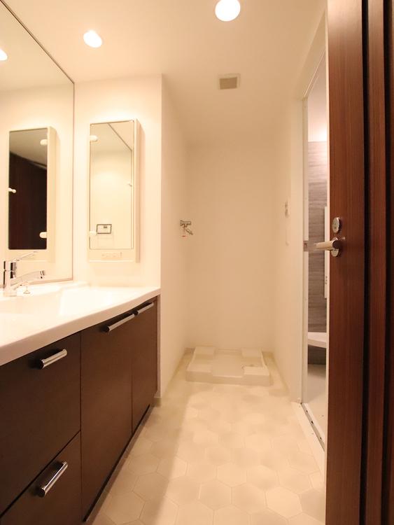 大きな鏡で毎日の身だしなみチェックも快適に。散らかりがちな小物の収納もたっぷりできます