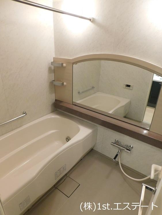浴室乾燥機があり、雨など天候の悪い日は室内で乾かせます!冬場も暖房として使えますので万能♪