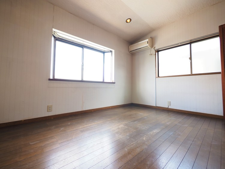 2階の居室です。少しリフォームをして頂ければ十分お使いいただけます!