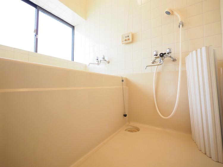 小窓がついてる浴室なので気持ちよくくつろいで頂ける空間です!
