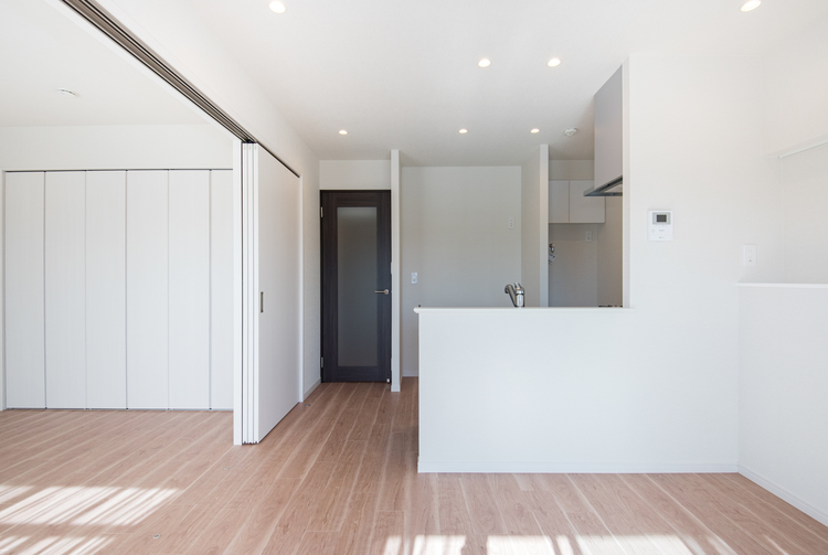 隣接した洋室と接続し、約13帖の1室としても活用できる開放的な室内です。