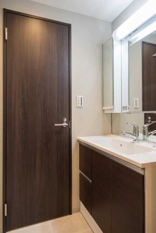 洗面室には、Panasonic製洗面化粧台と、タオルなどが収納できる棚を設置しています。