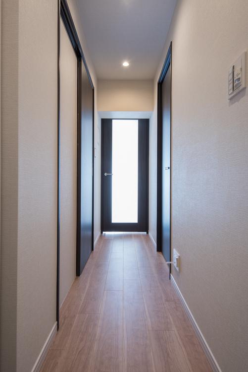 玄関からリビングダイニングへ続く廊下