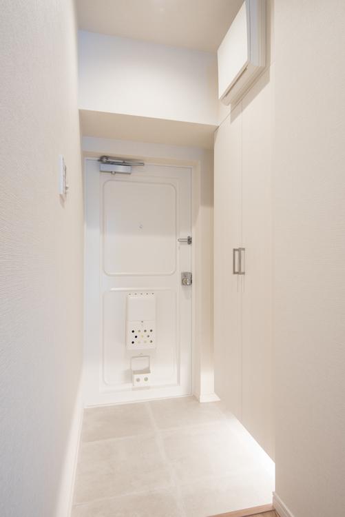 白を基調とし、フットライトで足元から明るい玄関には、シューズボックスが備え付けです。