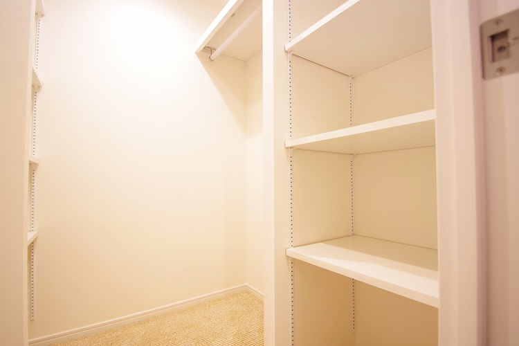 使い勝手の良い収納棚を完備