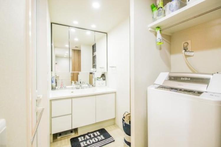 家族全員が使う洗面化粧台。手に取りたいものがさっと取り出せて身支度が快適にできます。1日のスタートを心地よく始めるには、スムーズに心地よく準備できる洗面化粧台がいいですよね。