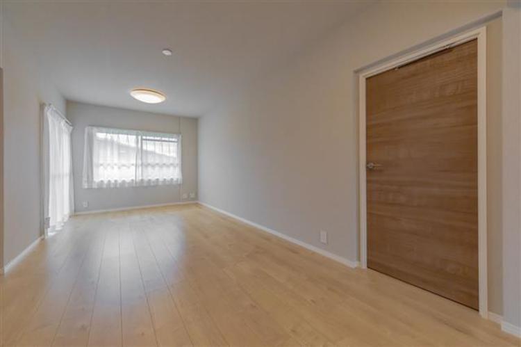 木目を基調としたデザインで暖かい印象です。キッチンが区切られており、生活感なくおしゃれな空間に仕上げることができます。
