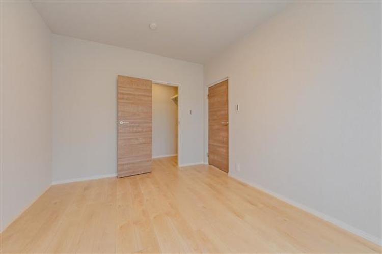 約6.1帖 大きなクローゼット付きのお部屋となっており、オフシーズンの衣類等もしっかり収納できます。