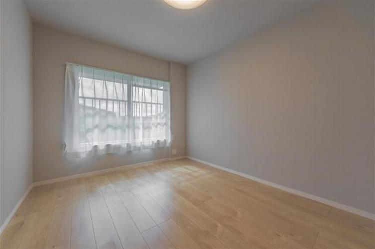 約6.1帖 大きな窓があり採光良好なお部屋。バルコニーを通じて、LDKとの行き来が可能です。
