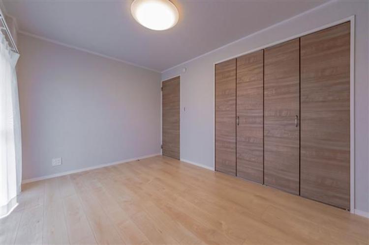 約6.5帖 シンプルな内装で、自分好みのインテリアを実現できます。収納スペースもあり、お部屋がすっきり片付きます。