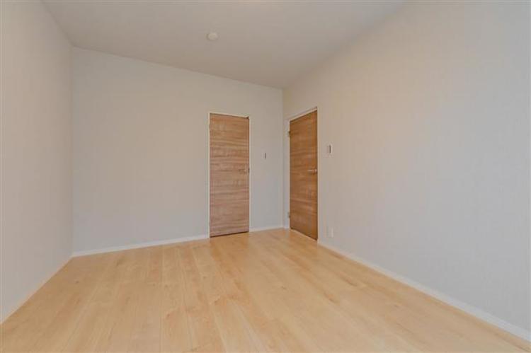 洋室2 約6.5帖 使い勝手の良い広さの洋室は寝室にも書斎にも。