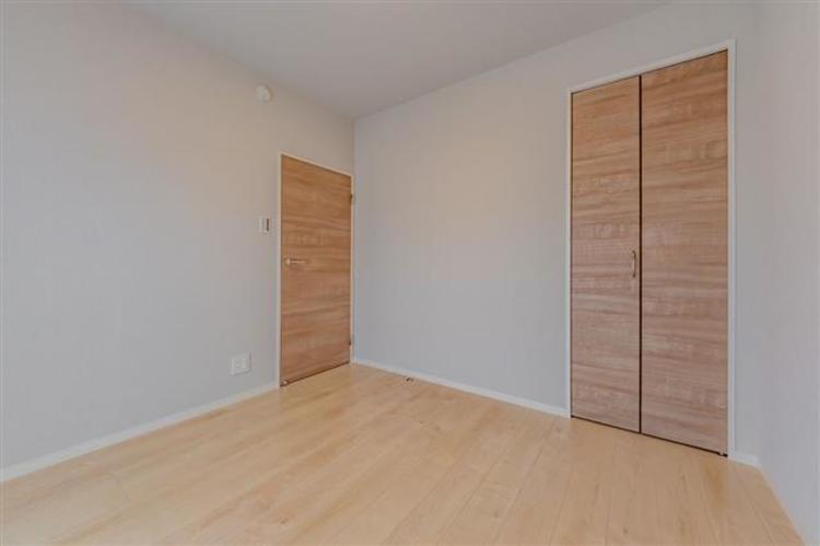 洋室3 約4.9帖 オシャレな建具で見栄えが良い。