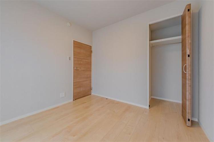 洋室3 約4.9帖 高さのあるので長物もしっかり収納できます。