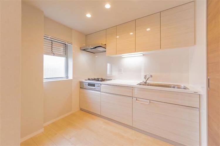 収納もたくさんある大きめのキッチンで、作業スペースがしっかり確保されています。