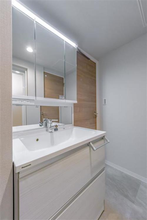 白を基調とした清潔感のある洗面台です。三面収納がありドライヤーなど美容家具も収納できます。