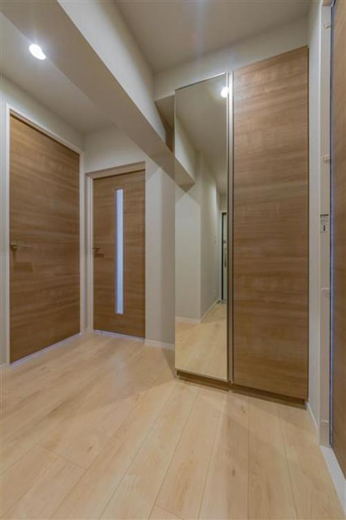 全身鏡のある玄関で、出かける前の身だしなみチェックが出来ます。収納もありすっきり片付きます。