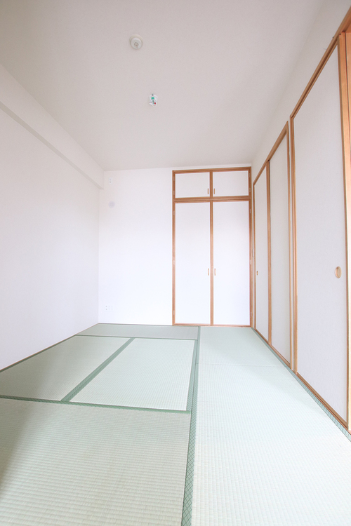 リビング側と廊下側の両方から出入りできる和室。居室としてもゲストルームとしても使いやすい間取りです