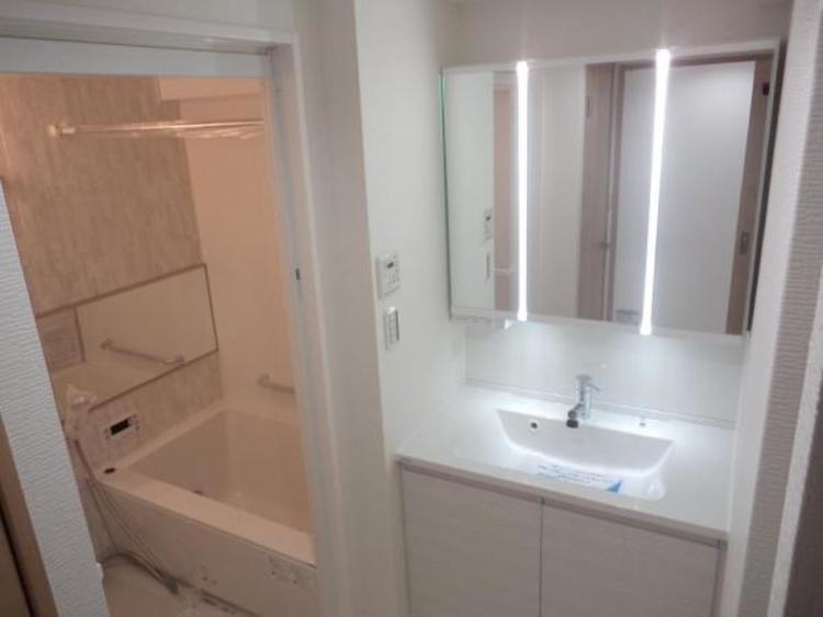 ●ワイドな作りの洗面スペースで朝の身支度もスムーズにできますね!