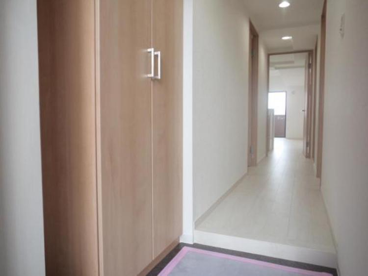 ●明るい空間の廊下。玄関には家族の靴もスッキリ片付くシューズボックス付きです!