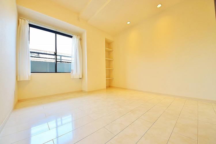 5.2帖洋室 黒の窓枠が室内をおしゃれな雰囲気にしてくれます