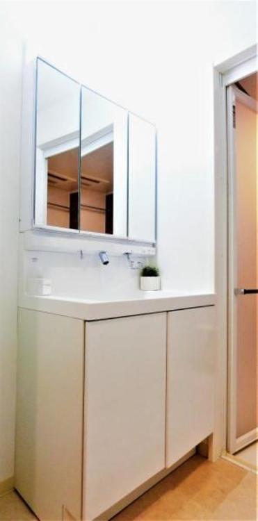 鏡の裏は全て収納になっているので、小物類を片付ける事が出来て、洗面台周りを整理できます♪