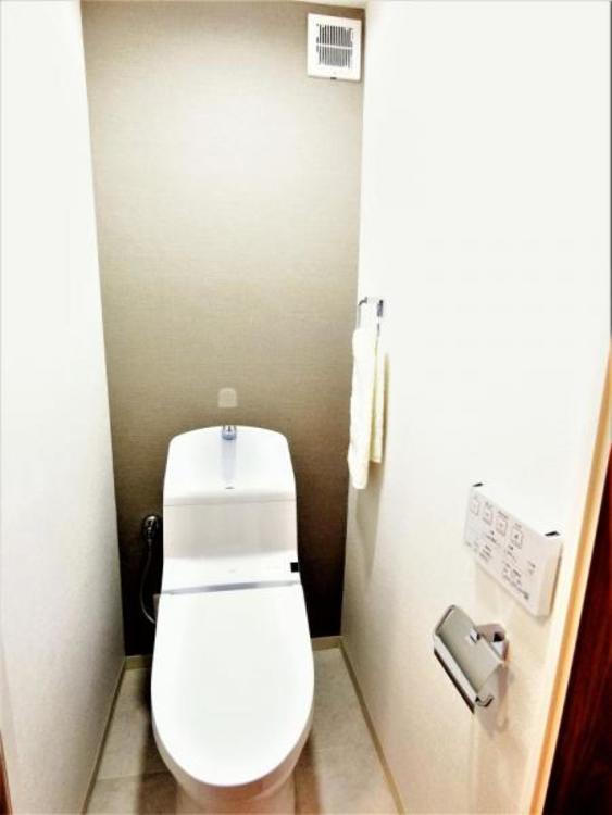 """タンク一体型トイレには節水効果があり、少ない水でもしっかりトルネード(渦)洗浄、また便座のフチを丸ごと無くし&便座がリフトアップ""""!! お掃除がしやすく楽なトイレです♪"""