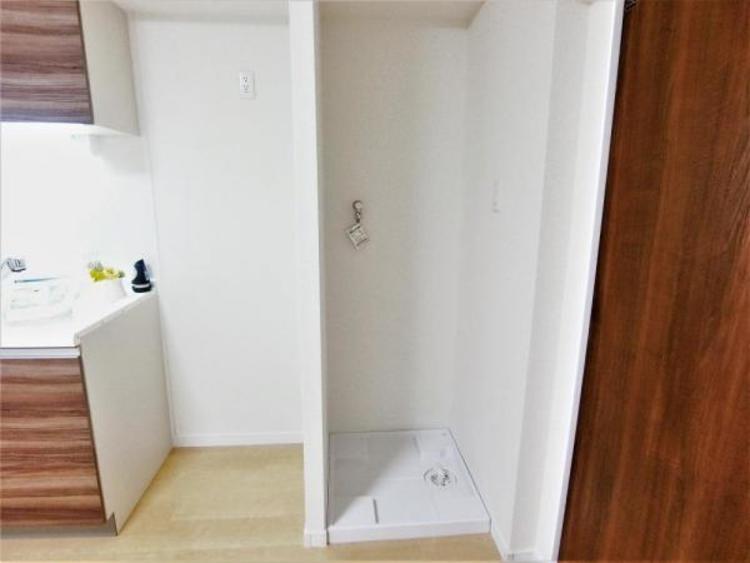 キッチンの隣に洗濯機置き場があり、家事の動線が楽です♪