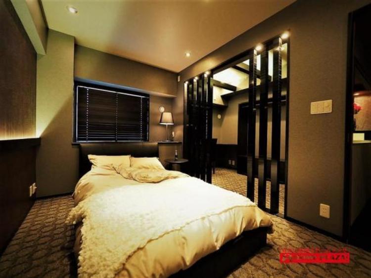 こちらは寝室です。窓にはオーダーブラインドがあり、もちろん家具付きなのですべてついております。