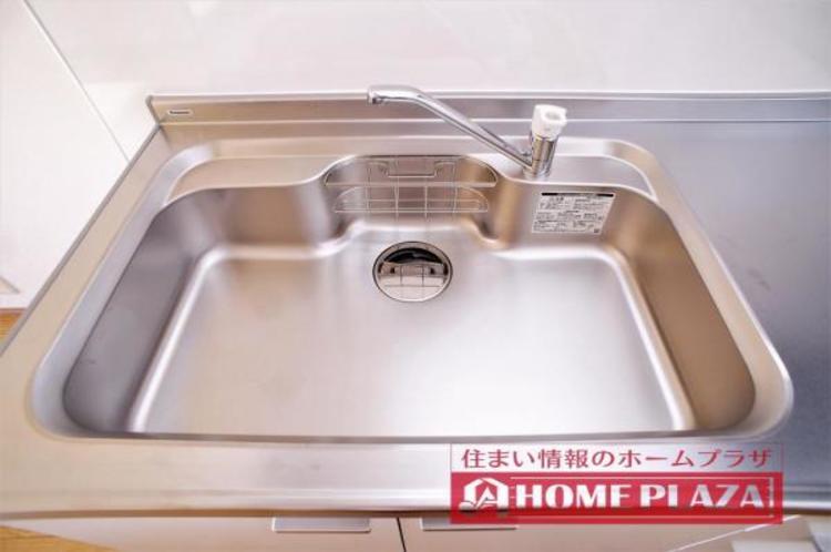 キッチン水栓は、浄水器内蔵タイプ・コンロは3つ口を採用。収納も多く使いやすいキッチンです。