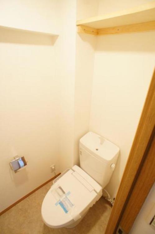 トイレには棚があるので、トイレットペーパーなどを収納できるので便利です。