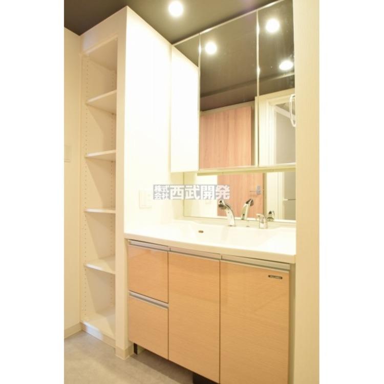 【洗面所】収納力と機能性に優れたお手入れラクラク三面鏡洗面化粧台です。朝の身支度もこれで快適です!