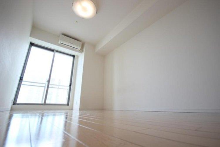 ウォークインクロゼットのある洋室です。東向きのお部屋なので朝陽が射し込みます。