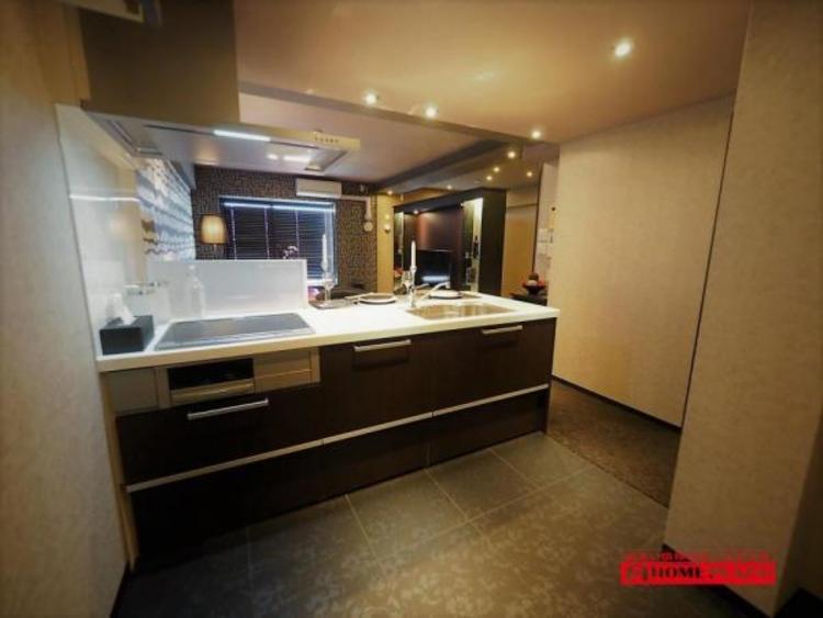 開放感のあるキッチンです!対面キッチンは、家事をしながらご家族と話したり、テレビを見たりと料理しながらコミュニケーションがとれます。