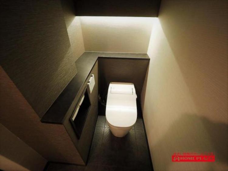 人気のタンクレストイレ。節水効果も高い上に、見た目もスッキリで、トイレのふちが洗いやすい!落ち着いた雰囲気のトイレはゆっくりできそう!