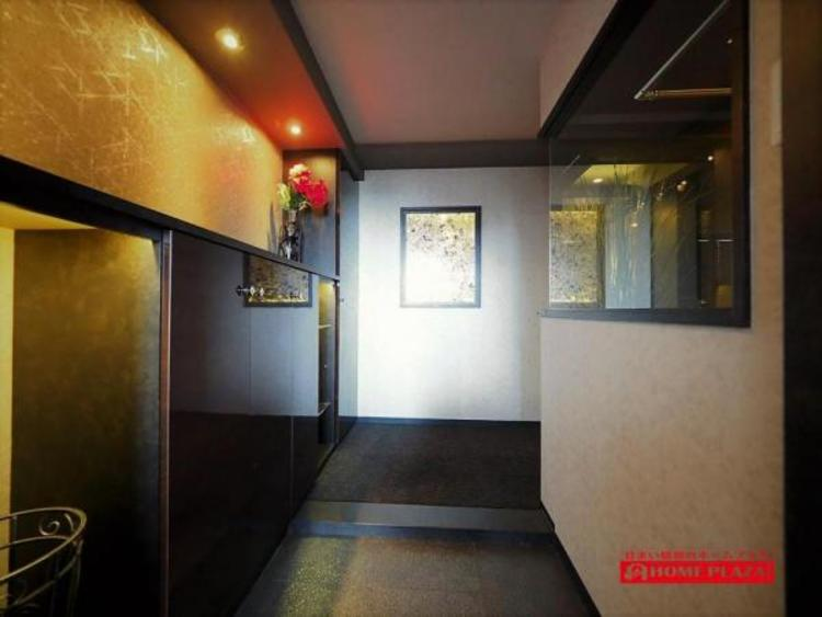 玄関のドアを開けると、高級マンションのモデルルームに来たような雰囲気の玄関です。