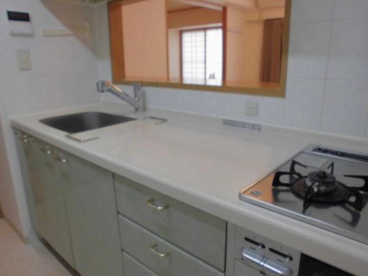●作業スペースが広くお料理をしやすいキッチン。リビングにいるご家族と会話を楽しみながらお料理ができます!