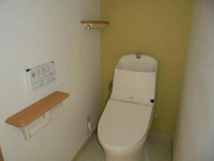 ●トイレには凹凸の少ないお掃除ラクラクの洗浄便座!