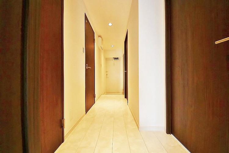 すっきりとした印象の廊下部分