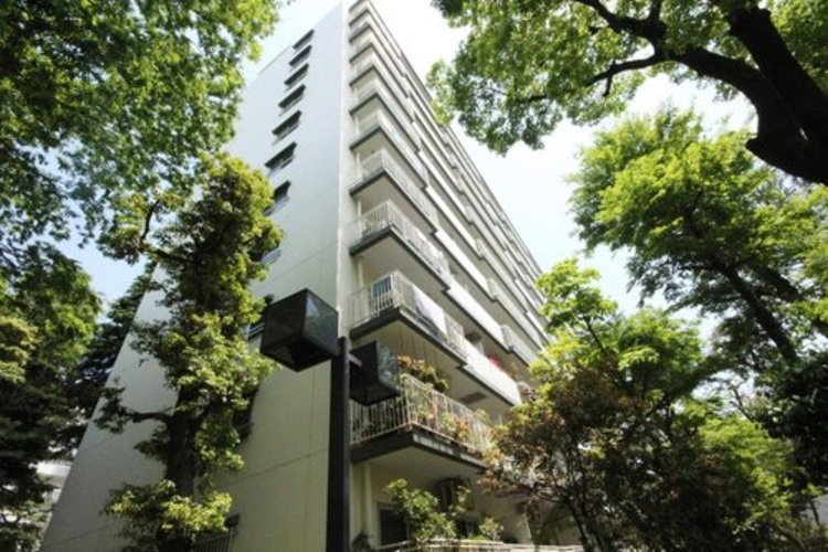 広大な敷地には緑が溢れており、デザイン性の高い建物部分と調和しています。豊かな生活をイメージ出来る世界観があります。 ≫