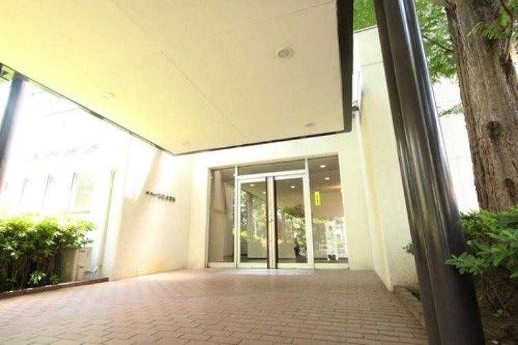規模の大きなマンションであることを伺わせる重厚感あるエントランス。